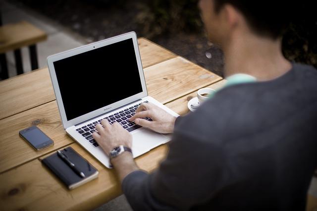 Różne sposoby na zarabianie w sieci.