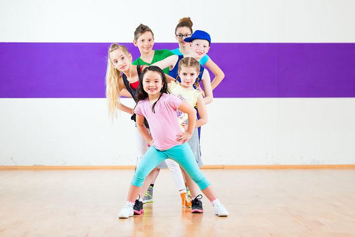 Obozy taneczne dla dzieci uczą podstaw różnych gatunków tańca