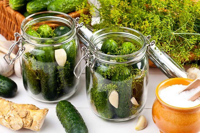 Dlaczego warto jeść przetwory z ogórków i innych warzyw?